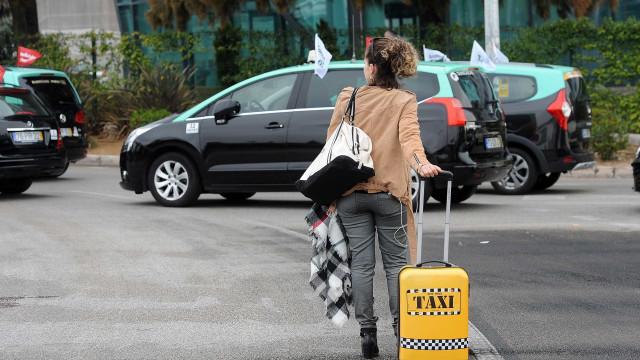 Taxistas detidos por cobrarem mais do dobro do que marcava o taxímetro