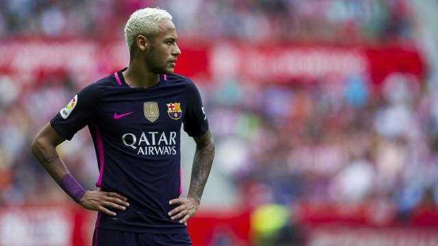 Neymar 'pegou-se' com adeptos horas antes de partir para Miami