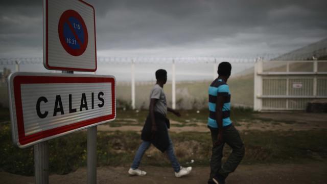 Refugiados põem tronco na estrada e causam acidente que mata camionista