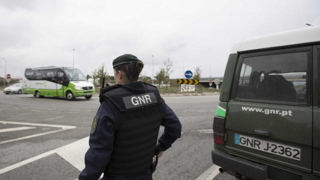 GNR procura dois indivíduos em fuga após abalroarem quatro carros