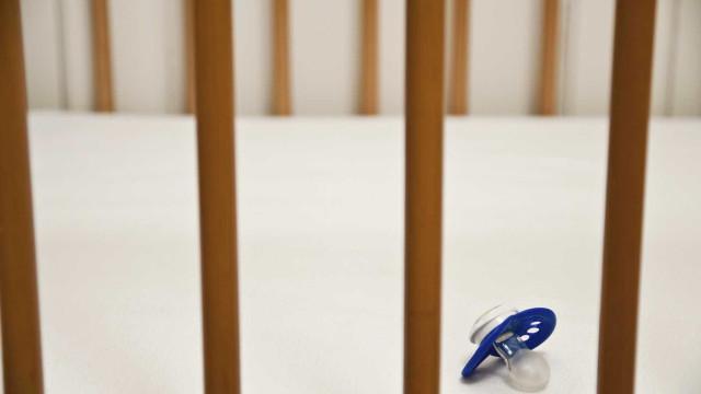Bebé de quatro meses sofre queimaduras graves após queda em lareira