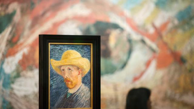 'Girassóis' de Van Gogh exibidos em conjunto numa galeria virtual