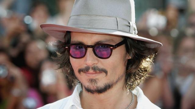 Johnny Depp faz sexo com duas mulheres em videoclipe de Marilyn Manson
