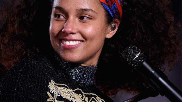Alicia Keys usa look (muito) justo no Rock In Rio… e exibe barriguinha