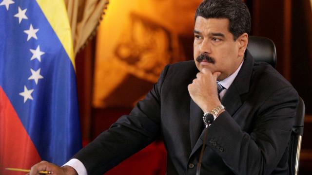 Venezuelanos emigram com algibeiras cheias de dólares, acusa Maduro