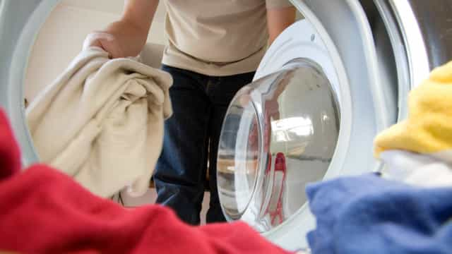Sabe como limpar a máquina de lavar roupa?