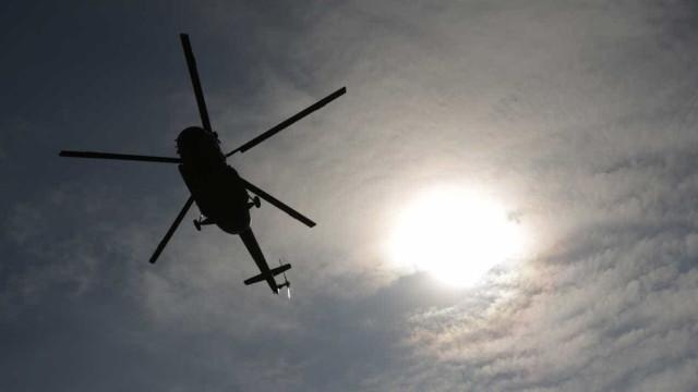 Mulher inacessível em arriba. Helicóptero a caminho para resgate