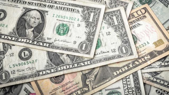 Artistas intervêm sobre notas de um dólar e discutem valor do dinheiro