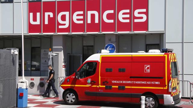 Criança de 5 anos encontrada inconsciente dentro de carro. Está em coma