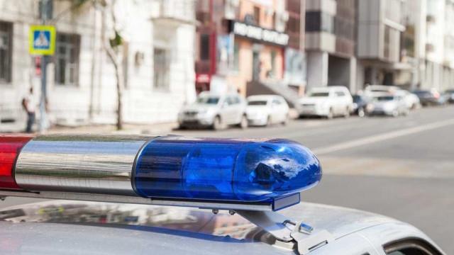 Aluno esfaqueado em escola de Nova Iorque. Autoridades procuram suspeito
