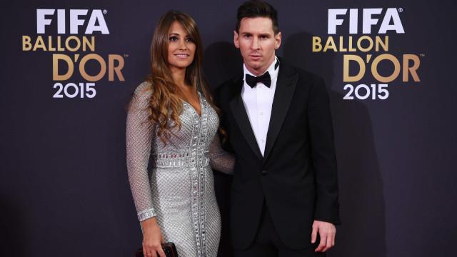 Após rumores de crise no casamento, mulher de Messi viaja até à Rússia