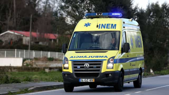 Homem gravemente ferido após explosão de objeto apanhado do chão