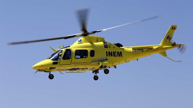 Mulher com queimaduras graves. Helicóptero do INEM no local