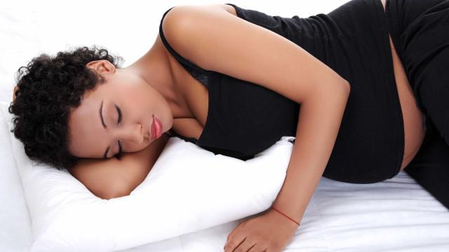 Qual é a melhor posição para uma grávida dormir?