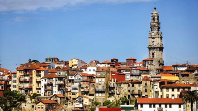 Sapadores do Porto retiram mulher do cimo da Torre dos Clérigos