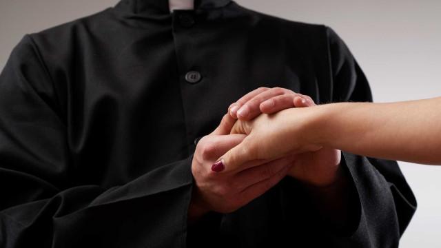 Cerca de 40 pessoas em protesto silencioso contra padre de Viana