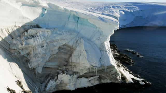 Um iceberg gigante começou a deslocar-se no mar da Antártida