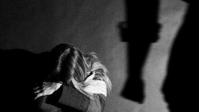 Terá tentado sufocar a ex-mulher mas foi imobilizado pelo filho
