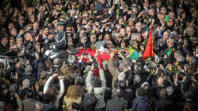 Largo do Rato encheu para o adeus ao histórico líder socialista