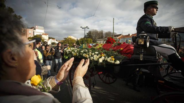 Portugueses prestaram última homenagem a Soares no Cemitério dos Prazeres