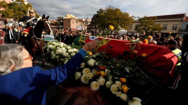 Palmas de milhares, rosas amarelas e cravos vermelhos no adeus a Soares