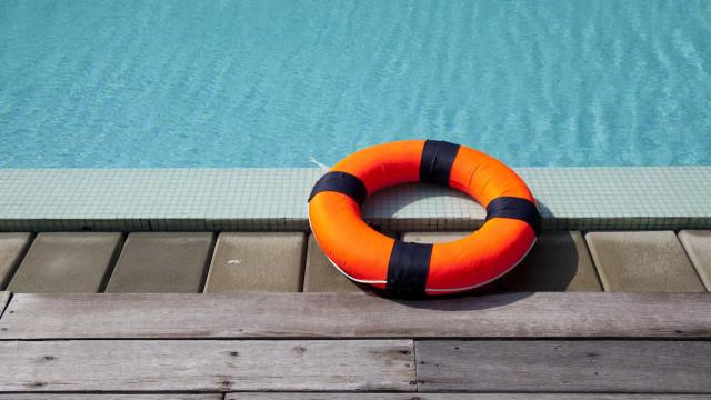 Mulher fica presa na piscina e pede ajuda através do Facebook