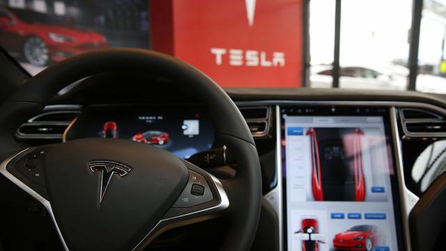 Sistema Autopilot da Tesla não foi responsável por acidente fatal