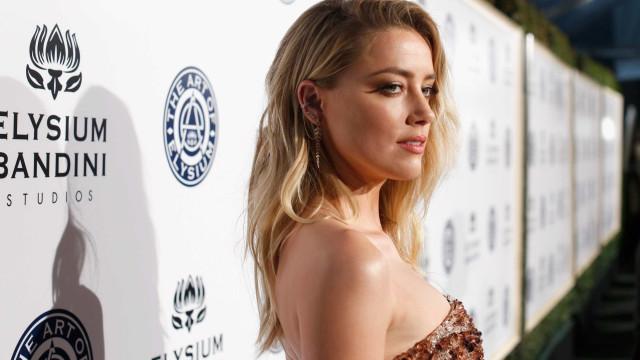 Noticiada por não usar sutiã, Amber Heard responde