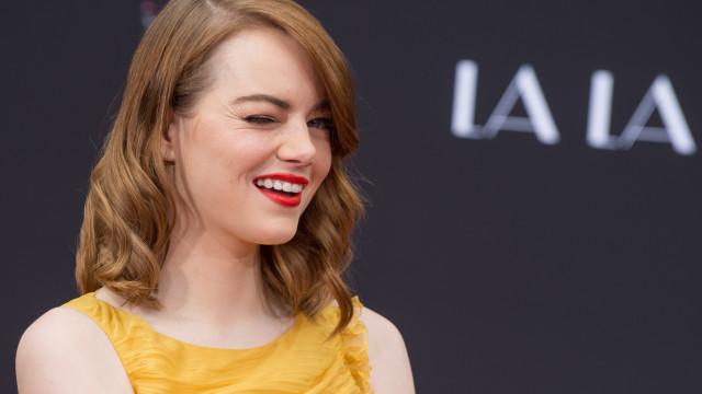 Emma Stone vista pela primeira vez em público com o namorado