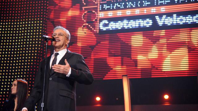 Caetano Veloso homenageado com serenata num voo com destino ao Porto