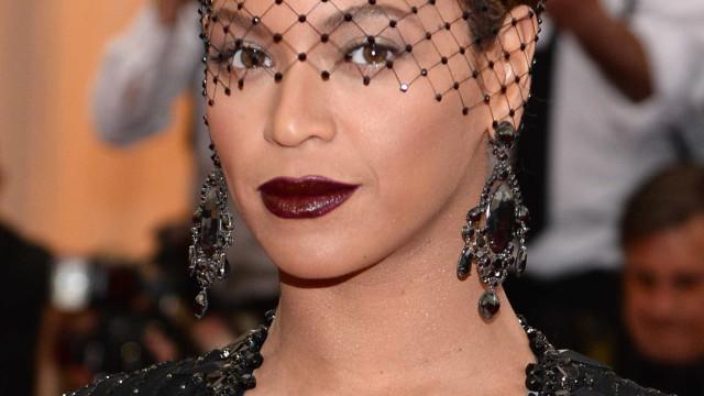 Beyoncé exibe boa forma num look elegante e sensual