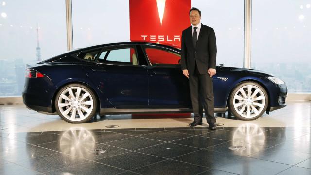 A Tesla está comprometida em tornar os seus carros mais inteligentes