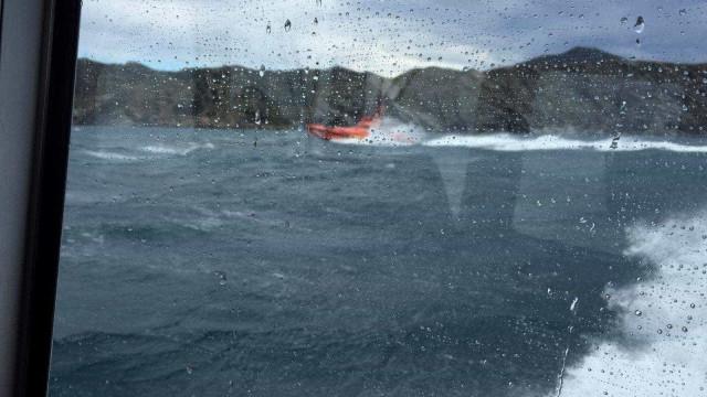 Embarcação de pesca encalhou com dois tripulantes a bordo no Faial