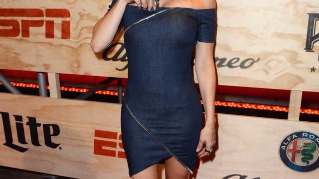 Fergie é traída pelo biquíni e mostra demais