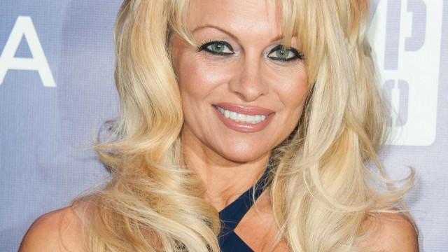 Pamela Anderson acaba relação e pede ao namorado que volte para a 'ex'