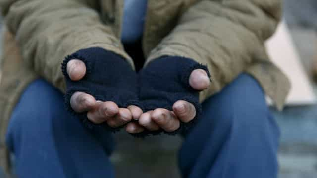Sem-abrigo ficou rico após assalto (quase) sem querer em aeroporto