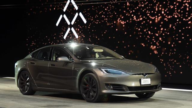Model S da Tesla com piloto automático embateu em camioneta dos bombeiros
