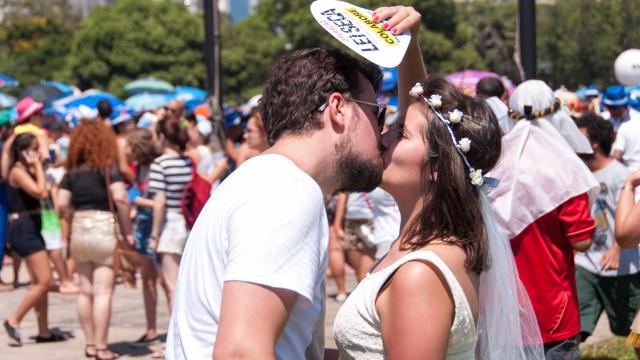 Em época de folia, tenha cuidado com a doença do beijo