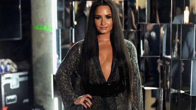 """Demi Lovato deixa fãs """"sem palavras"""" com foto ousada em fato de banho"""