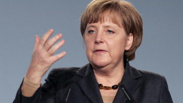 Angela Merkel não descarta resposta militar a Damasco