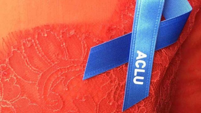 O que significou o laço azul nas roupas escolhidas para os Óscares?