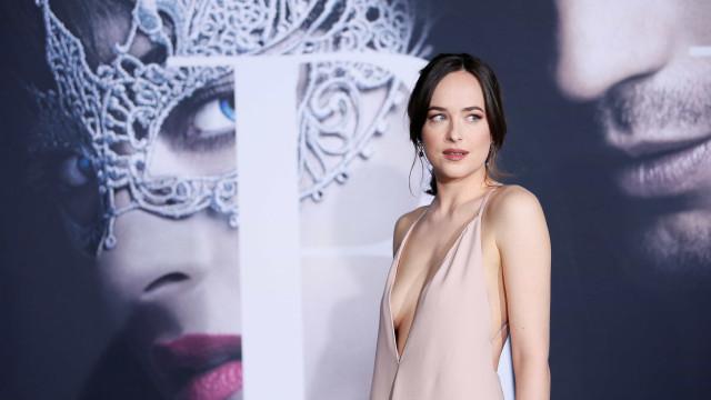 """Dakota Johnson afirma que a exposição trazida pela fama é """"assustadora"""""""