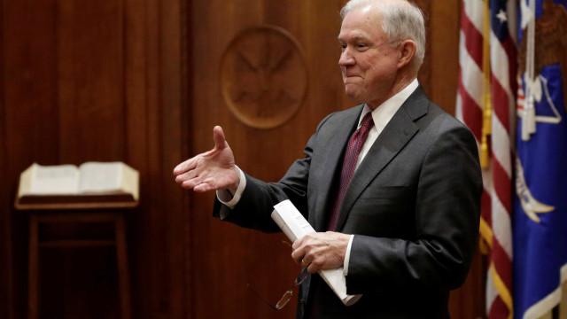 Jeff Sessions cita Bíblia para defender separação de famílias imigrantes