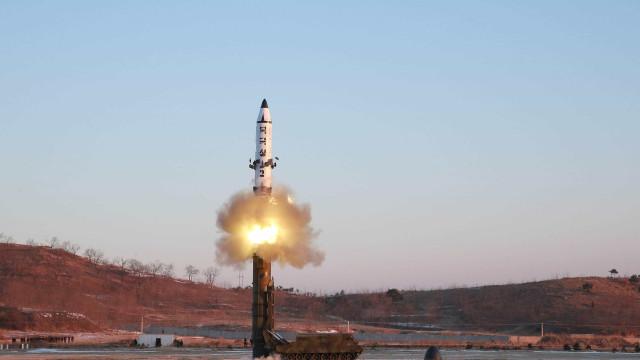 Coreia do Norte lança novo míssil para águas japonesas