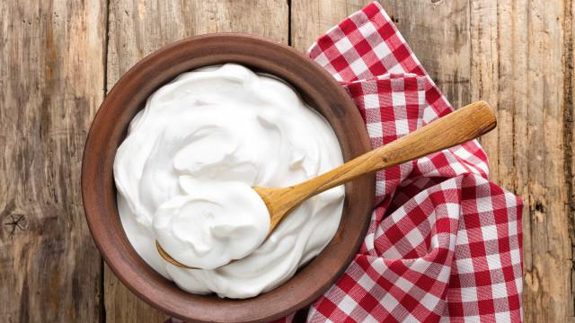 Faça o seu próprio iogurte natural com apenas dois ingredientes