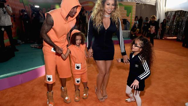 Mariah Carey vive momento de ternura com os filhos durante concerto