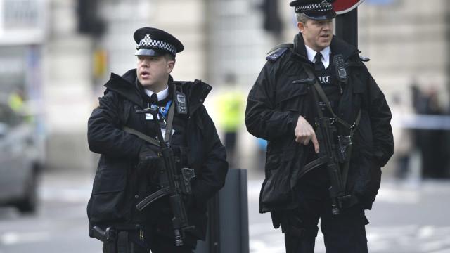 Jovens detidos por suspeita de planearem ataque terrorista no Reino Unido