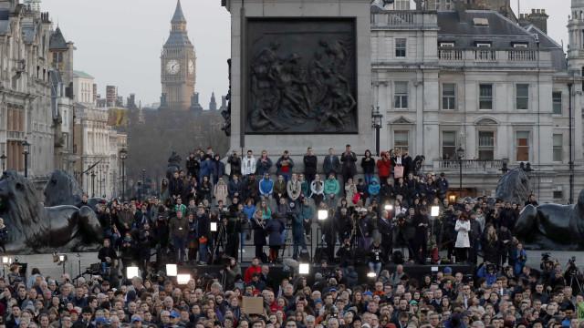 Centenas concentram-se em Trafalgar Square para homenagear vítimas