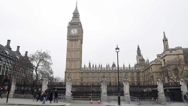 Gravado momento de pânico no parlamento britânico após ataque