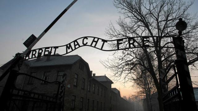 Dois portugueses condenados por gravarem nome no portão de Auschwitz
